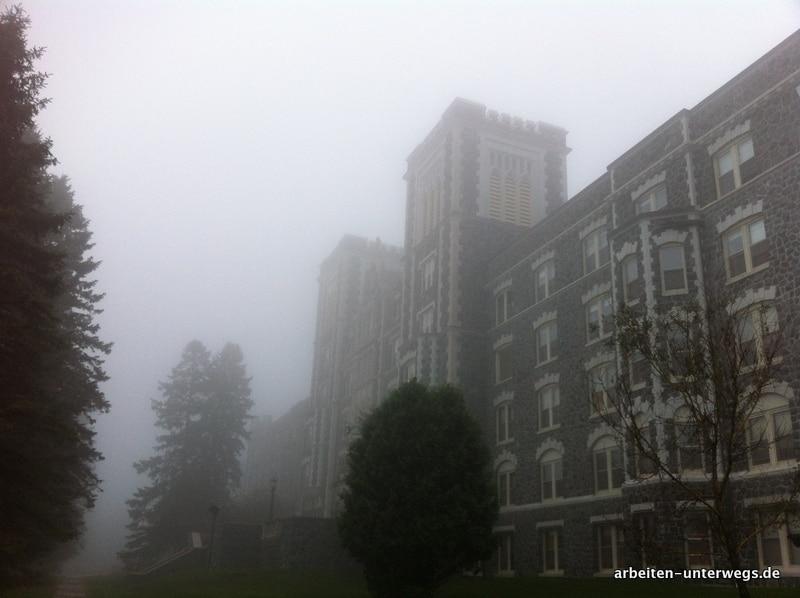 Tower Hall im Nebel