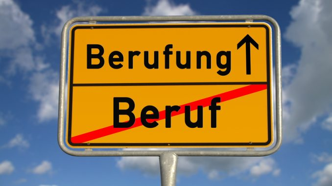 Deutsches Ortsschild unten steht Beruf durchgestrichen, oben steht Berufung und ein Pfeil