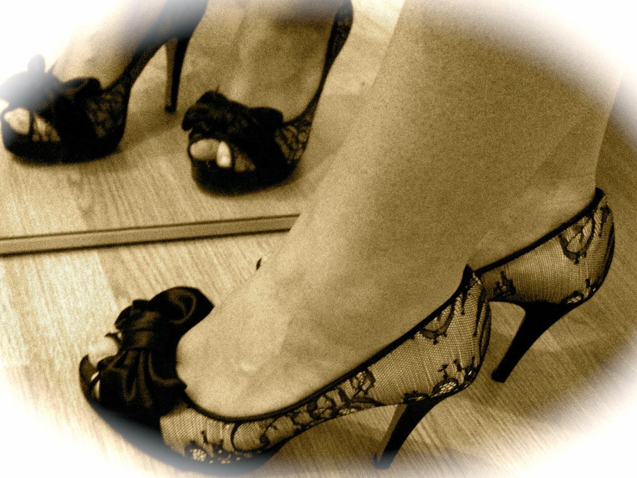 Sepia-Bild mit Frauenfüßen in High Heel Peeptoes