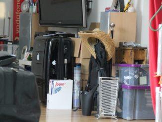 Koffer und Kisten stehen in einer Wohnung