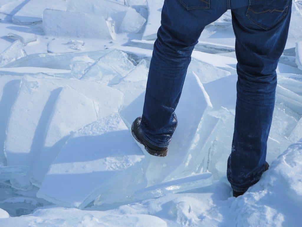 vorsichtiger Schritt auf dem Eis