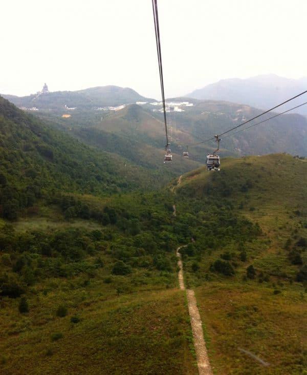 Hügel mit Seilbahnen und einem Weg