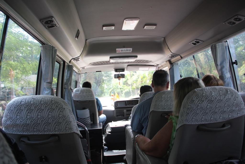 Blick von hinten durch einen kleineren Bus