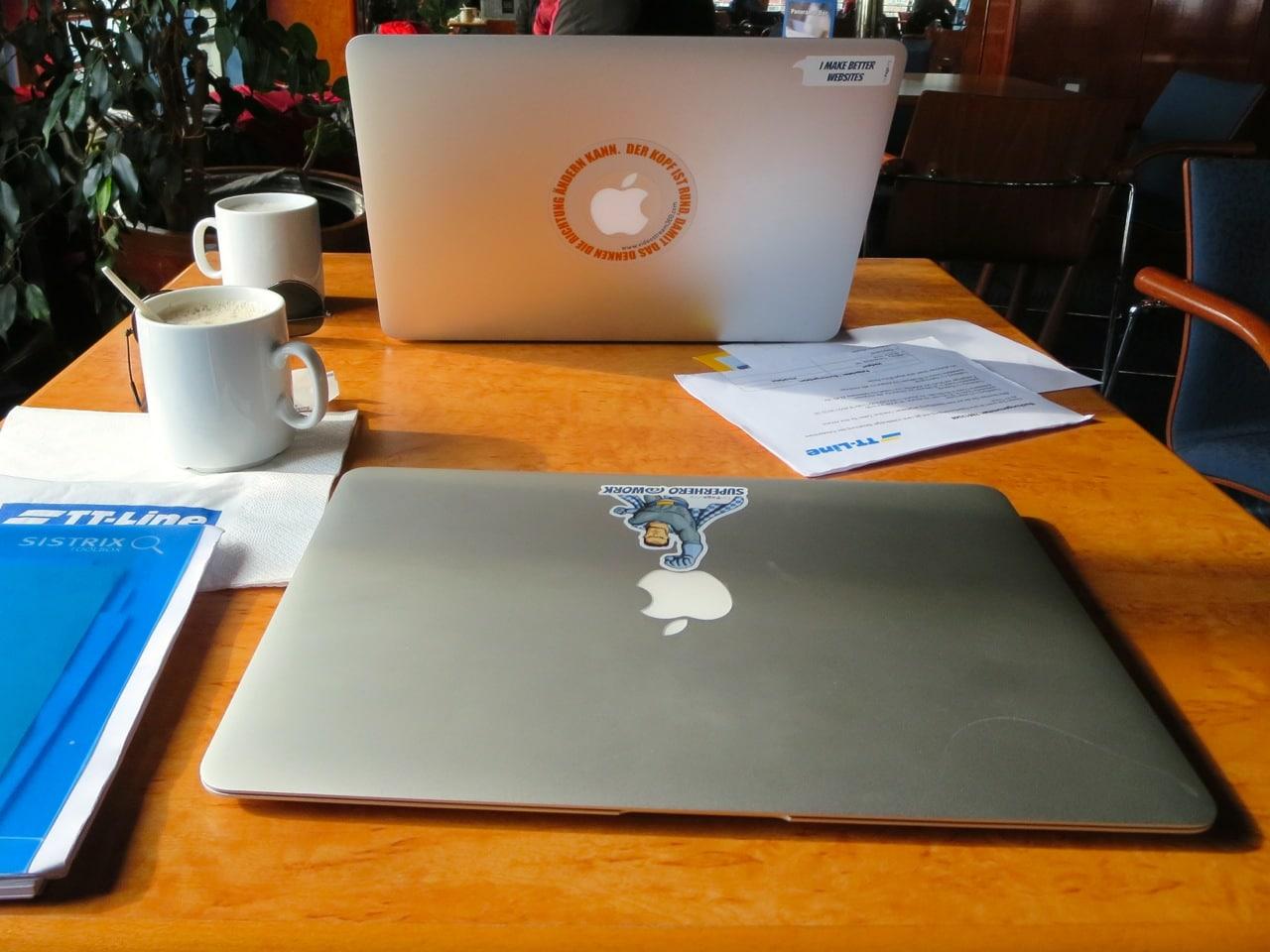 Zwei Laptops auf einem Tisch