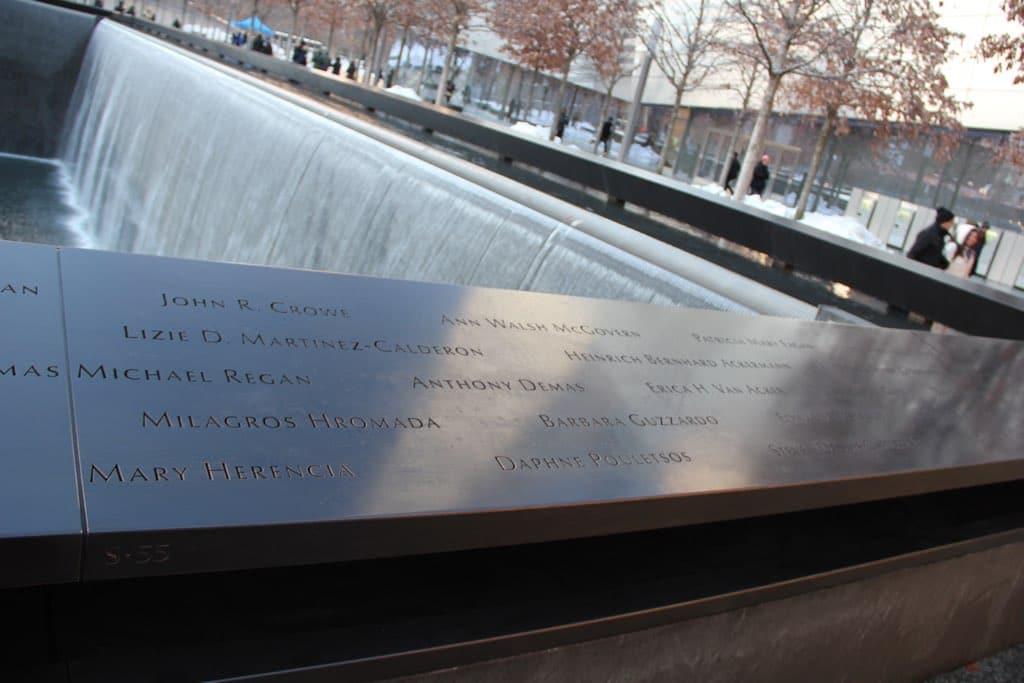 Eines der Wasserbassins des 9/11-Memorials mit den Namenstafeln der Verstorbenen.