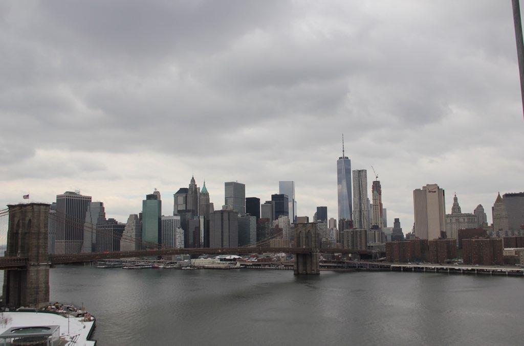 Blick auf die Skyline Manhattans und die Brooklyn Bridge von der Manhattan Bridge aus
