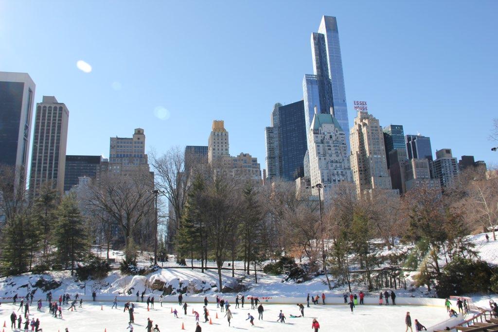 Eislaufbahn im Central Park in New York mit Blick auf die Skyline Manhattans
