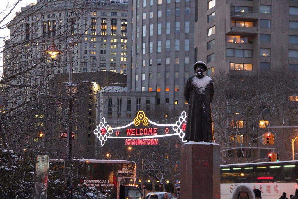 Eine Statue von Konfuzius am Eingang zu Chinatown in New York