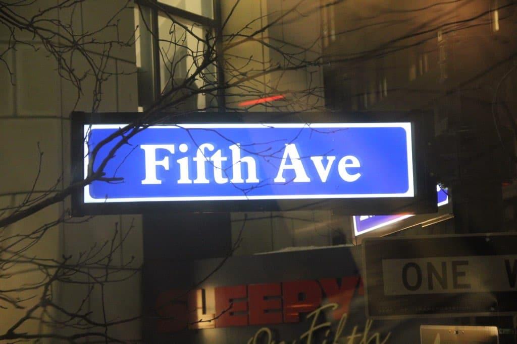 Eine der bekanntesten Straßen in New York ist die Fifth Avenue