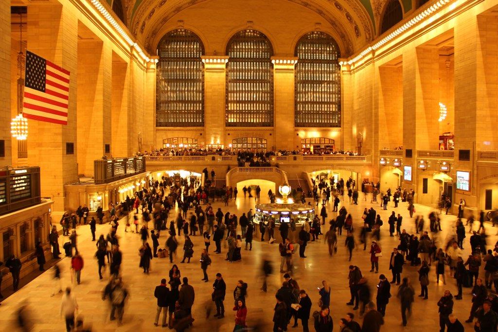 Der Blick von der Empore beim Apple Store auf die Menschen in der Grand Central Station