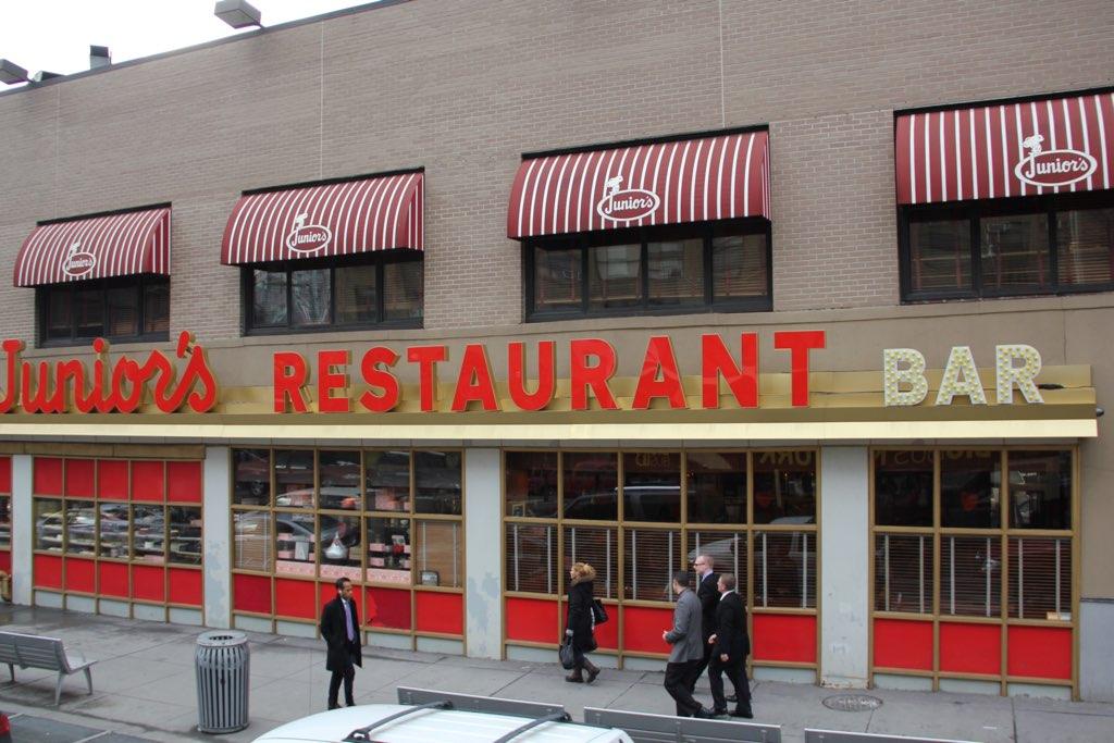 Blick von außen auf Junior's Restaurant und Bar