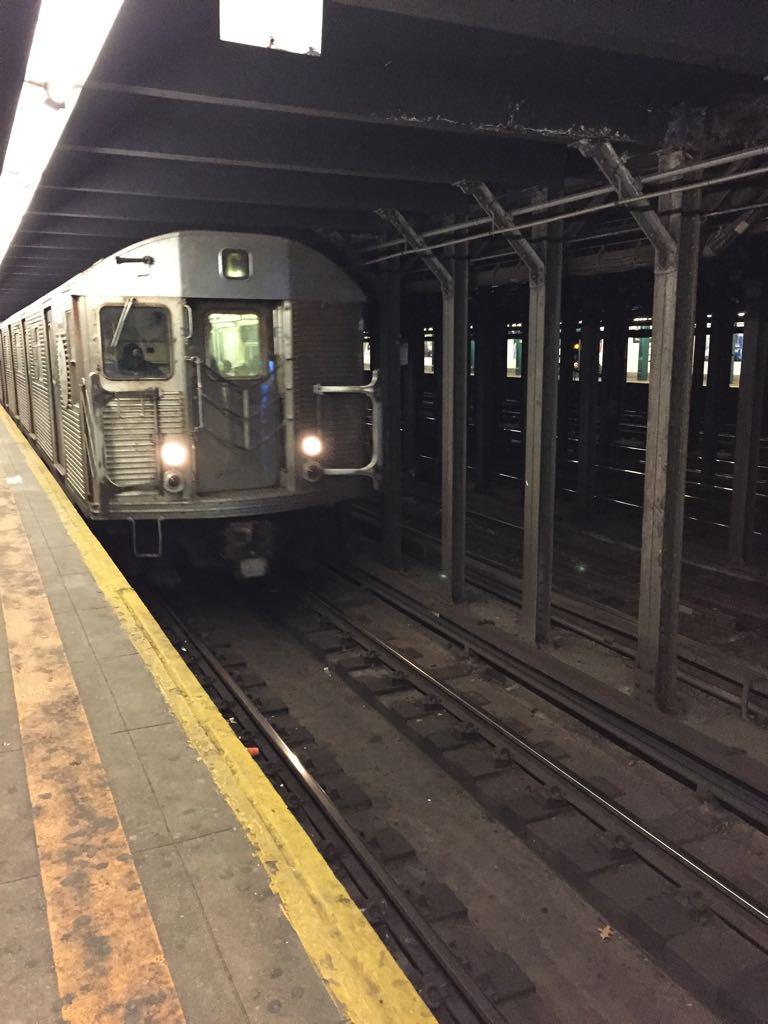 Eine U-Bahn fährt in eine Station ein