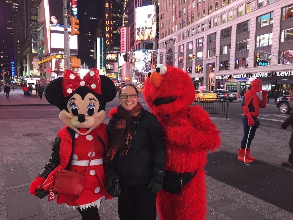 Minimaus und Elmo in Lebensgröße am New Yorker Times Square