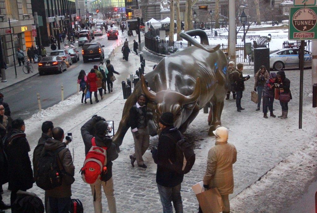 Der Bulle an der Wallstreet in New York mit vielen Touristen rund herum