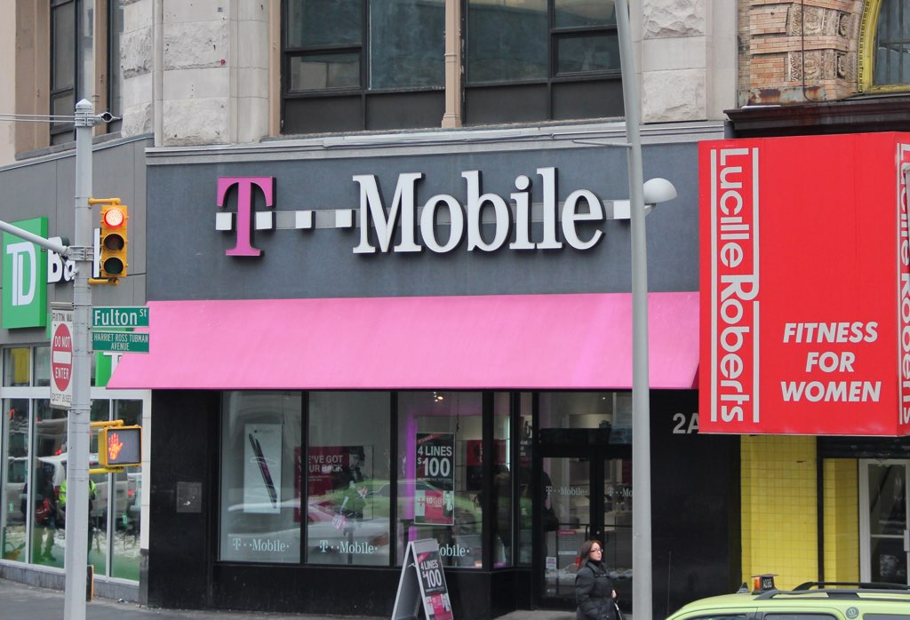 Ein Laden mit einer magentafarbenen Plane und dem Schriftzug T-Mobile