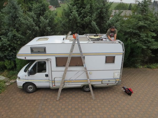 Wohnmobil von oben fotografiert mit Leiter davor