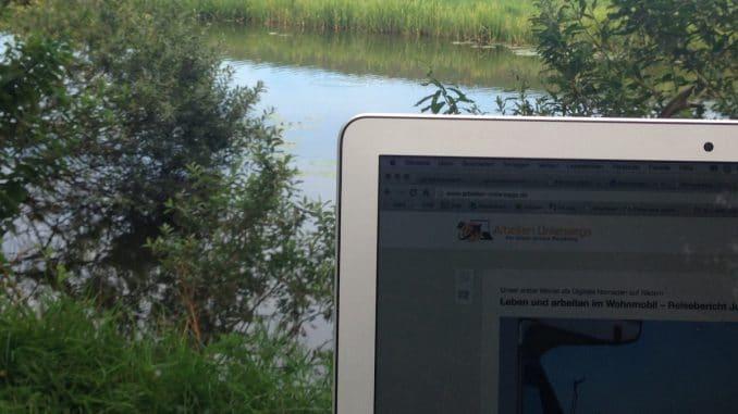 Blick an einem Laptop vorbei auf einen Kanal