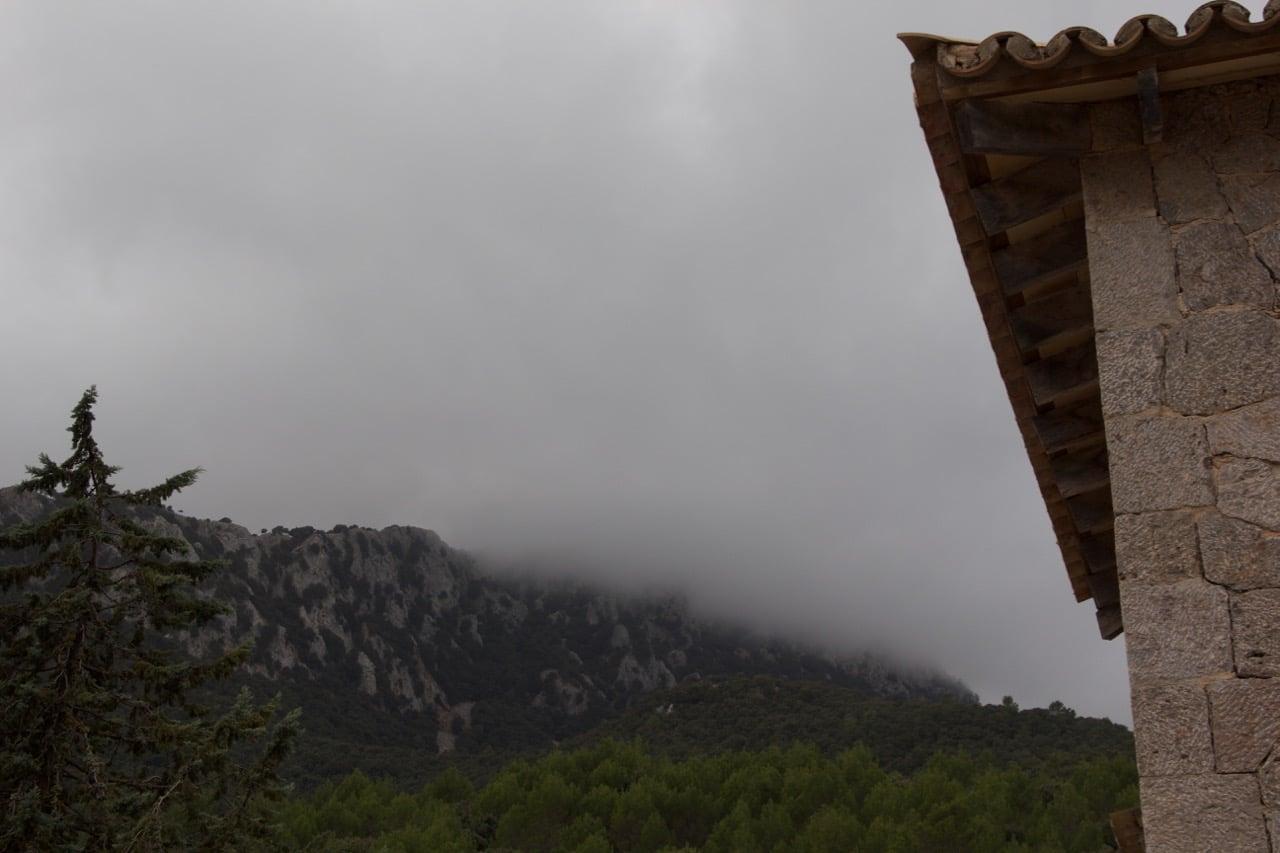 Nebelwand über einem Berg