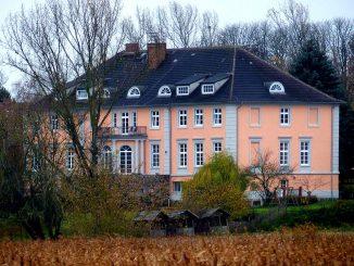 Ein Herrenhaus in einer herbstlichen Landschaft
