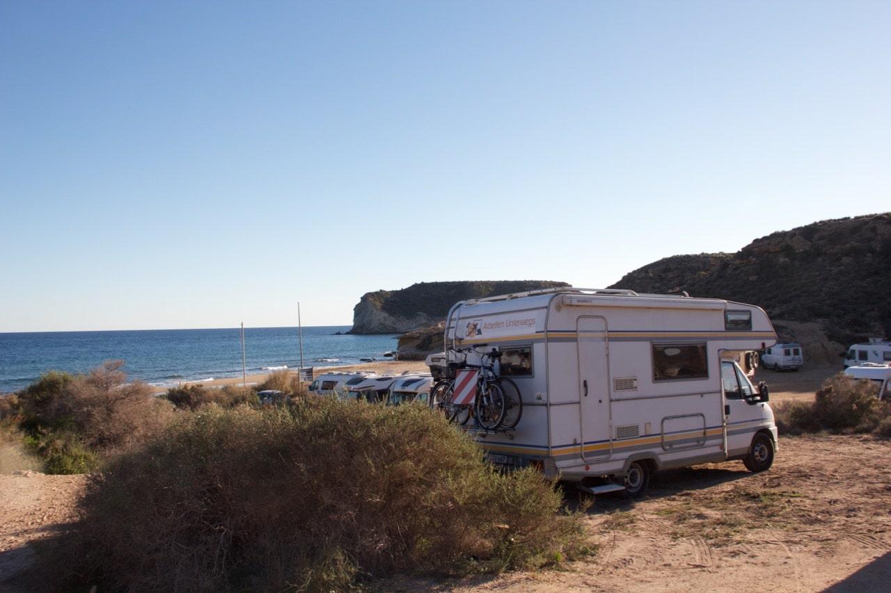Ein Wohnmobil steht an einem Strand