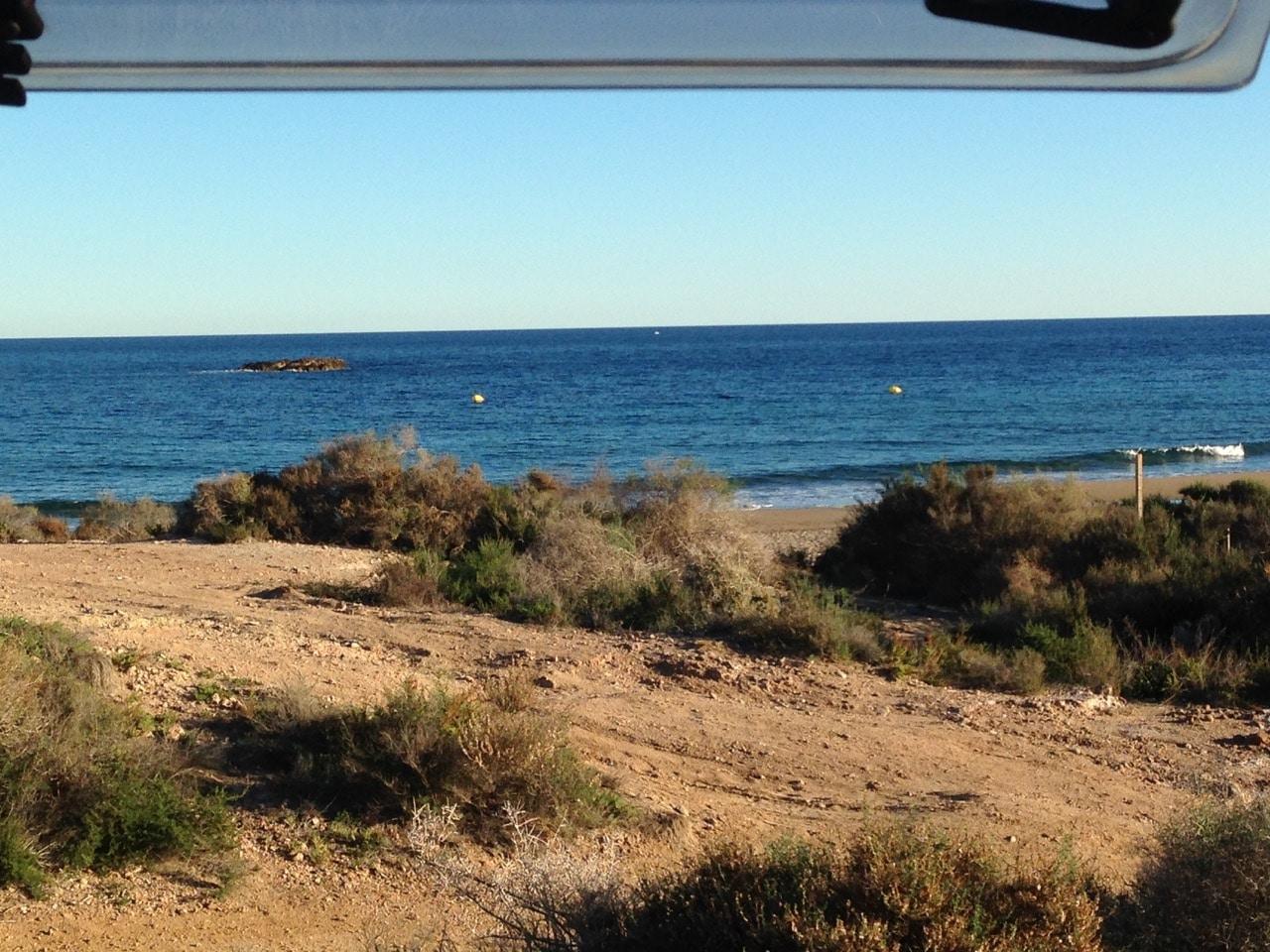 Blick aus einem Wohnwagenfenster hinaus auf das Meer