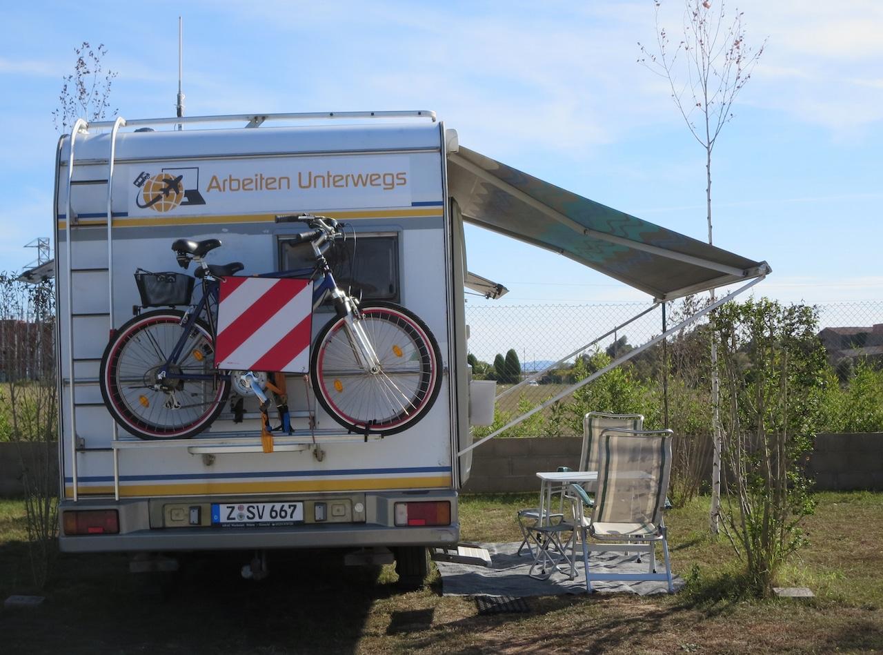 Wohnmobil mit ausgefahrener Markise