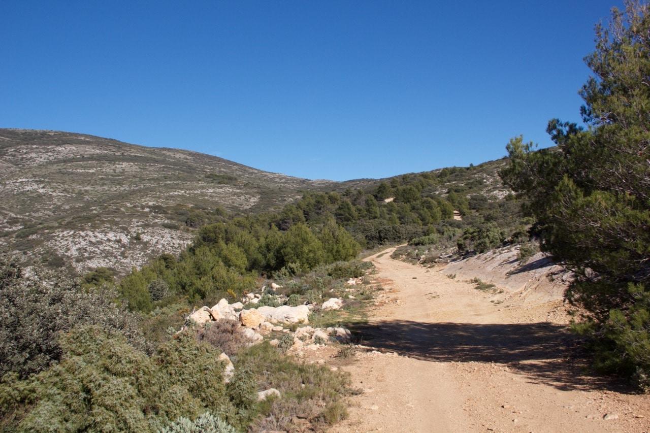 Eine sandige Straße in den Bergen