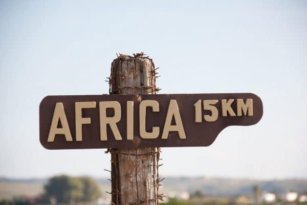 Schild mit der Aufschrift 15km Africa