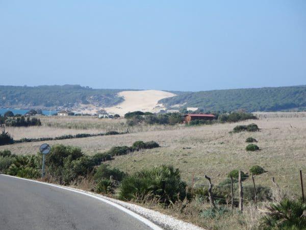 Die Sanddüne von Bolonia von einer Straße aus gesehen