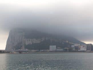 Der Felsen von Gibraltar mit Wolken