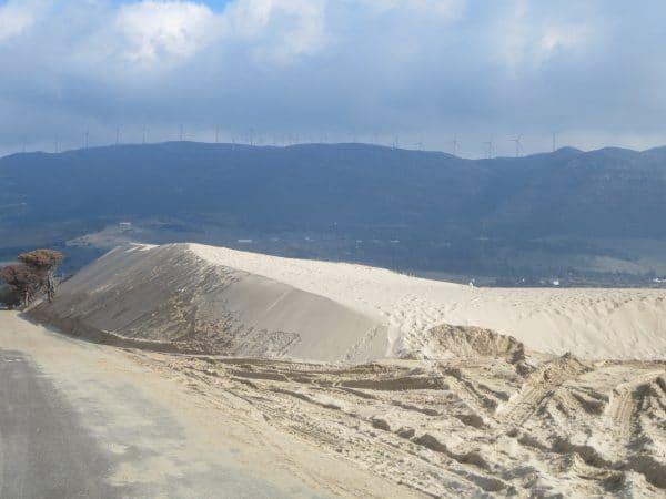 Eine Sanddüne im Hintergrund Berge