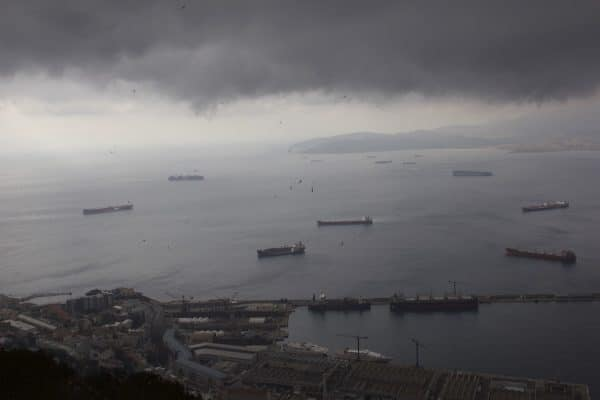 Blick vom Felsen von Gibraltar auf den Hafen von Gibraltar.