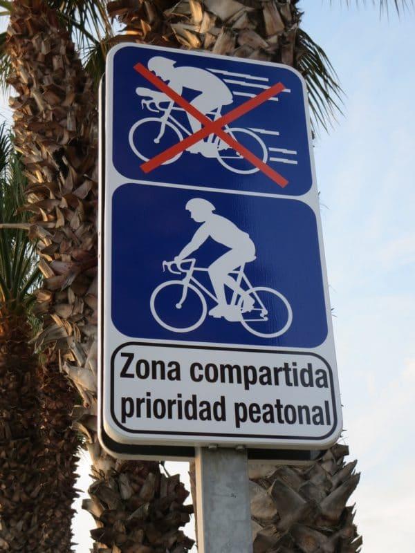 Ein Fahrradschild, das verbietet schnell zu fahren aus Rücksicht auf die Fußgänger