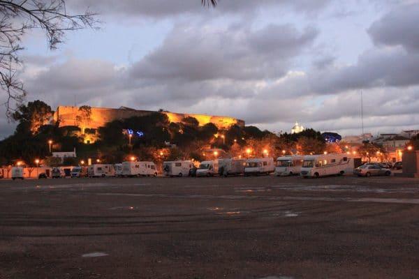 Wohnmobile parken vor einer Festung