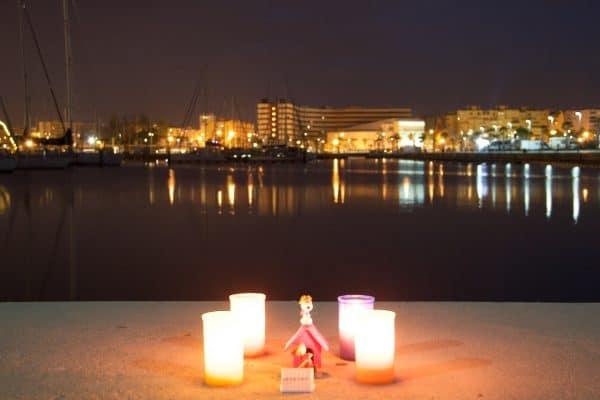 Vier Kerzen vor einem Hafen