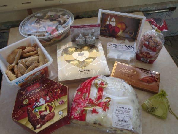 Kekse, Stollen und Süßigkeiten auf einem Tisch