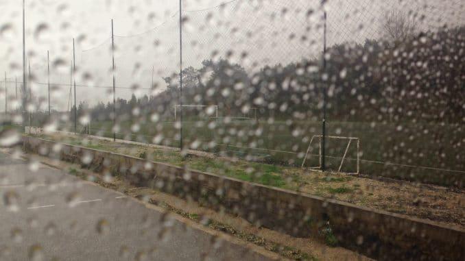 Blick auf Regentropfen an einem Fenster