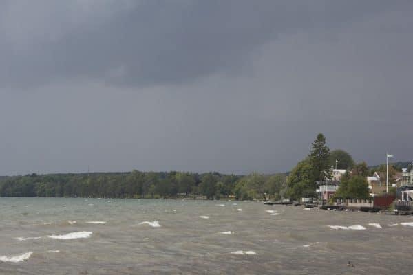 sturmgepeitschter See mit dunklen Wolken im Hintergrund