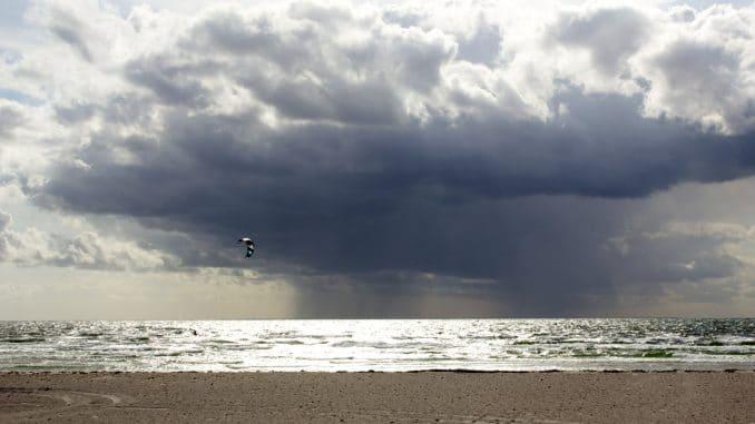 Ein wolkenverhangener Himmel am Meer