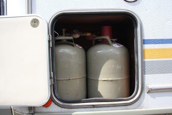 Zwei graue 10,5kg Gasflaschen in einem Gasfach am Wohnmobil