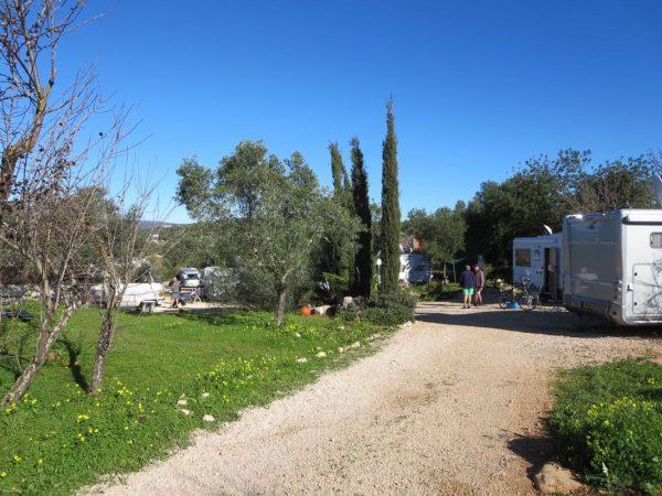 Die Zufahrt zum Stellplatz im Garten der Motorhome Friends