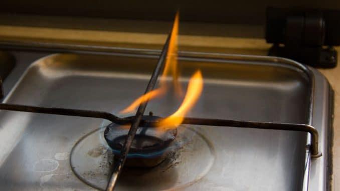 So sah es aus: der Gasherd im Wohnmobil rußt und die Flamme brennt gelb.