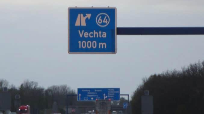 """Ein Autobahnschild der Ausfahrt Nummer 64 """"Vechta"""""""
