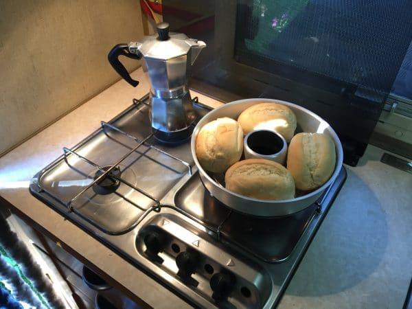 Frisch aufgebackene Brötchen und frischen Espresso gibts oft zum Frühstück.