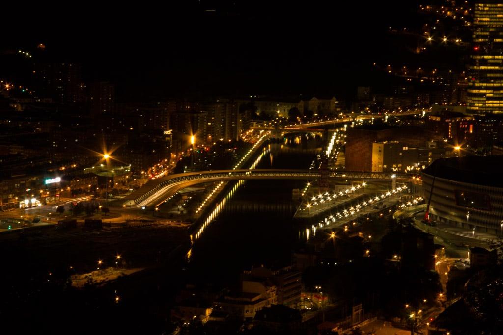 Nächtlicher Blick auf die Lichter von Bilbao