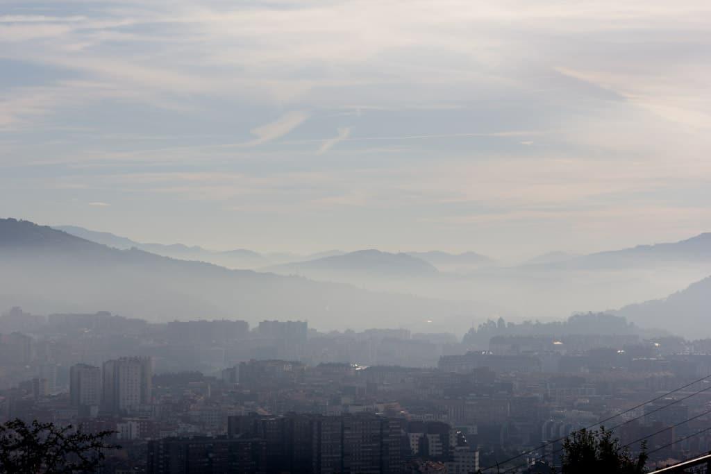 Der Morgennebel hat sich nur langsam verzogen über den Dächern von Bilbao.