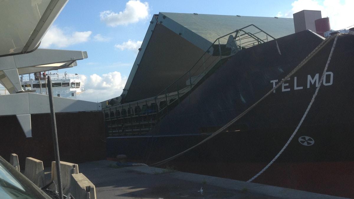 Ein Frachtschiff mit hochgeklappter Ladeluke im Hafen