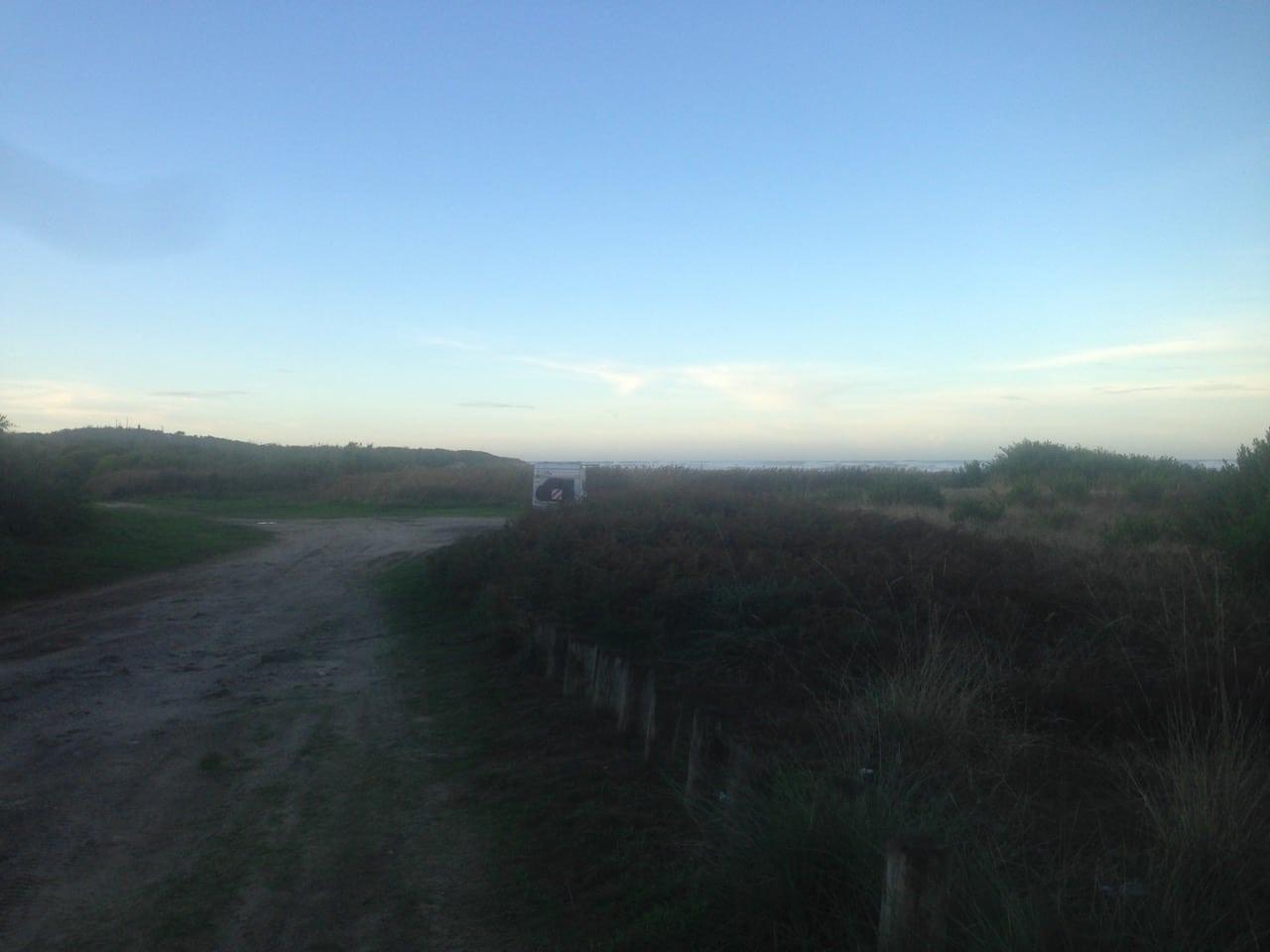 Irgendwo in Portugal. Die Dünen, das Meer und ein kleines, einsames Wohnmobil.