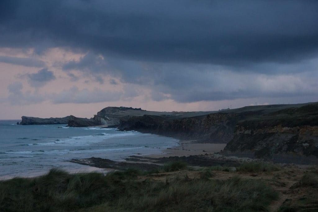 Abenddämmerung über der Küste Kantabriens.
