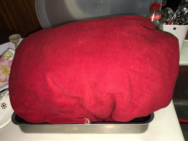 Das Schwein in Alufolie und in zwei Decken verpackt. Wir hatten keine Thermotüte ;-)